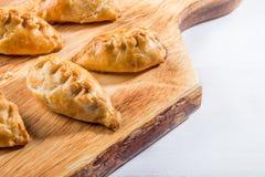 Os pastéis quentes da manteiga enriqueceram a massa folhada enchida com triturado Imagens de Stock