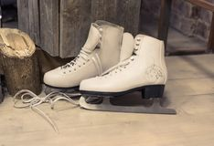 Os patins das mulheres estão no assoalho foto de stock royalty free