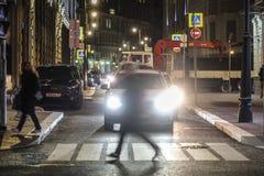 Os pedestres cruzam a estrada imagem de stock royalty free