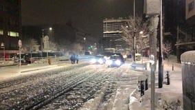 Os pedestres e o tráfego do Tóquio esforçam-se durante uma tempestade rara da neve filme