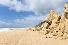 Os pedregulhos no Praia fazem Norte, Nazare (Portugal) Fotografia de Stock Royalty Free