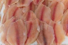 Os peixes, as postas e as faixas de peixes encontram-se no gelo no supermercado imagem de stock royalty free