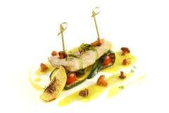 Os peixes cozeram com os cogumelos, decorados pelo limão Imagem de Stock Royalty Free