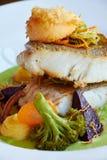 Os peixes cozidos brancos do pikeperch no molho verde do pesto com os vegetais para cozinhar brócolis, cenouras, beterrabas, cogu Fotos de Stock