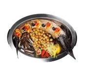 Os peixes do esturjão fritaram com vegetal e batata (o fundo branco) Fotos de Stock Royalty Free