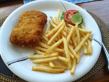 Os peixes e o francês fritados fritaram com limão do tomate Fotos de Stock Royalty Free