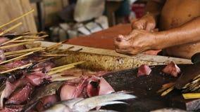 Os peixes frescos cortados mão do homem video estoque