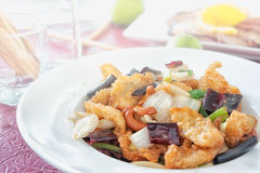 Os peixes fritam mexendo porcas de caju, alimento tailandês Fotografia de Stock