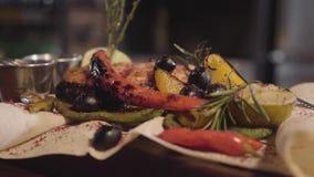 Os peixes grelhados dos salmões serviram com ervas, azeitonas, pimenta de pimentão, e limão que encontra-se no fim do pão árabe a vídeos de arquivo