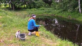 Os peixes louros da captura da mulher gravida na lagoa suportam com gato bonito filme