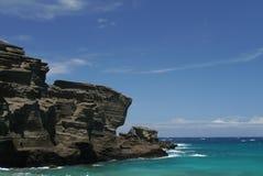Os penhascos íngremes em Papakolea esverdeiam a praia da areia na ilha grande, Havaí Imagens de Stock Royalty Free