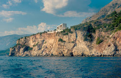 Os penhascos altos ao lado da praia central de Budva Foto de Stock Royalty Free