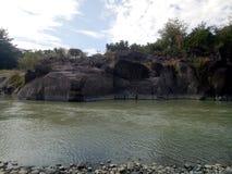 os penhascos atrav?s do rio de Aesesa imagens de stock