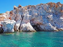 Os penhascos de Polyaigos, uma ilha da rocha dos Cyclades gregos fotografia de stock