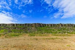Os penhascos do gerduberg do basalto situados em Islândia foto de stock