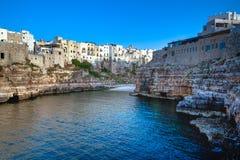Os penhascos e a cidade italianos famosos de Polignano uma égua Puglia foto de stock