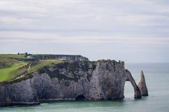 Os penhascos famosos em Etretat em Normandy, France Fotos de Stock Royalty Free