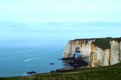 Os penhascos, a ideia da natureza de Normandy, o oceano, a rocha e o céu de Etretat imagens de stock royalty free