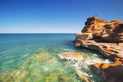 Os penhascos litorais vermelhos em Gantheaume apontam, Broome, Australi ocidental foto de stock royalty free