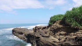 Os penhascos na costa da praia de Bali, Indonésia, são seguidos do ar Conceito ambiental da sustentabilidade video estoque
