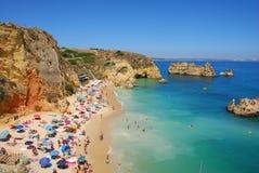 Os penhascos no Dona Ana encalham, costa do Algarve imagem de stock royalty free