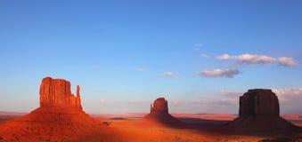 Os penhascos no vale do monumento Imagens de Stock