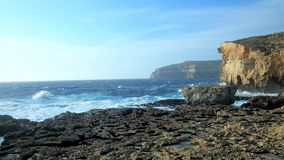 Os penhascos rochosos no litoral recortado de San Lawrenz, Gozo, Malta vídeos de arquivo