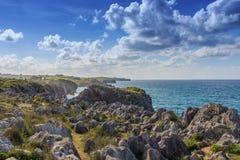 Os penhascos singulares das costas de Cantábria Foto de Stock