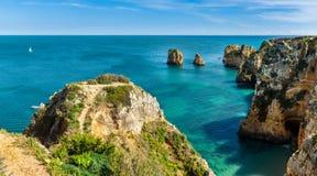 Os penhascos veem em Lagos, o Algarve Foto de Stock