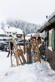 Os pequenos trenós múltiplos na neve com esqui inclinam-se no fundo Imagens de Stock Royalty Free