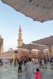 Os peregrinos andam debaixo dos guarda-chuvas gigantes na mesquita de Nabawi Foto de Stock Royalty Free