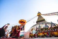 Os peregrinos budistas não identificados aproximam o stupa Boudhanath durante Puja solene festivo Foto de Stock Royalty Free