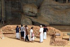 Os peregrinos em torno de Gal Vihara, em Polonnaruwa imagem de stock