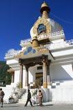 Os peregrinos estão andando em torno de um chorten em um templo budista em Thimphu (Butão) Imagens de Stock