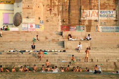 Os peregrinos hindu tomam o banho e rezar-lo na Índia Foto de Stock Royalty Free