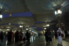 os peregrinos montaram a mesquita do nabawi fotos de stock royalty free