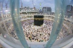 Os peregrinos muçulmanos preparam-se para a oração vespertina em Makkah, Arábia Saudita Fotografia de Stock Royalty Free