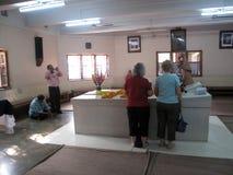 Os peregrinos rezam ao lado do túmulo de Madre Teresa em Kolkata Imagem de Stock