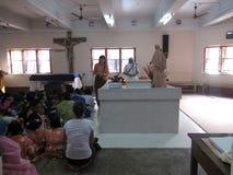 Os peregrinos rezam ao lado do túmulo de Madre Teresa em Kolkata Fotografia de Stock Royalty Free