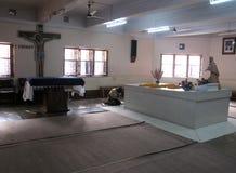 Os peregrinos rezam ao lado do túmulo de Madre Teresa em Kolkata Imagens de Stock Royalty Free