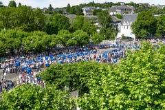 Os peregrinos vêm reunir-se no santuário em Lourdes fotos de stock royalty free