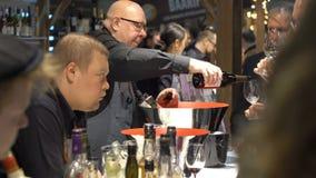 Os peritos do gosto do álcool wine durante o alimento favoravelmente vídeos de arquivo