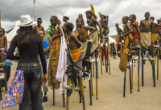 Os pernas de pau-caminhantes da criança recebem instruções à vista de sua competição no carnaval em Trinidad Fotografia de Stock