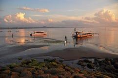 Os pescadores de Bali preparam seu barco no alvorecer Imagens de Stock