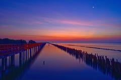 Os pescadores deixam a pesca quando o crepúsculo estiver ligada quando a lua crescente ainda brilhar fotos de stock