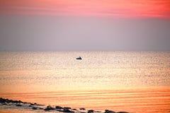 Os pescadores deixarem a pesca no meio do mar quando o nascer do sol n imagem de stock