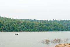 Os pescadores em barcos de pesca usam o equipamento de pesca na lagoa árida fotos de stock