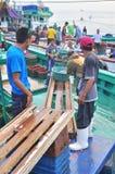 Os pescadores estão aterrando o atum dos barcos de pesca ao mercado Fotos de Stock
