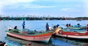 Os pescadores estão prontos para travar peixes no arasalaru do rio perto da praia karaikal foto de stock royalty free