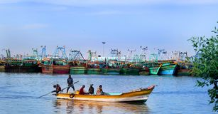 Os pescadores estão prontos para travar peixes no arasalaru do rio perto da praia karaikal fotos de stock royalty free